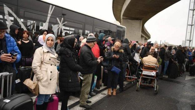 Pasajeros evacuados del aeropuerto de Orly.