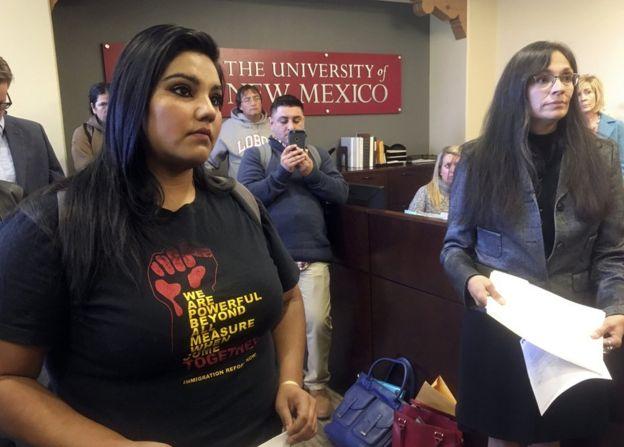 La estudiante de la Universidad de Nuevo México, Luz Hilda Campos (izquierda), y la profesora de estudios chicanos de la misma universidad, Irene Vásquez, presentan el 18 de noviembre una un documento con miles de firmas con el que piden que el campus se vuelva un