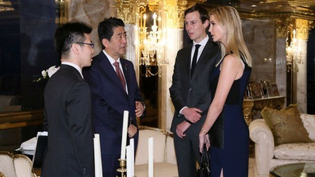 Jared Kushner e Ivanka Trump con el primer ministro de Japón Shinzo Abe