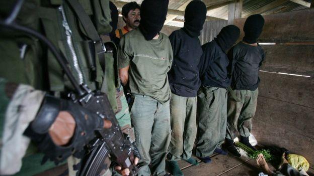 Supuestos guerrilleros de Sendero Luminoso capturados por el ejército peruano.
