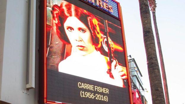Un tributo a la actriz de Star Wars Carrie Fisher en una pantalla exterior del teatro TCL Chinese, en Hollywood, tras su muerte de un infarto en Los Ángeles.