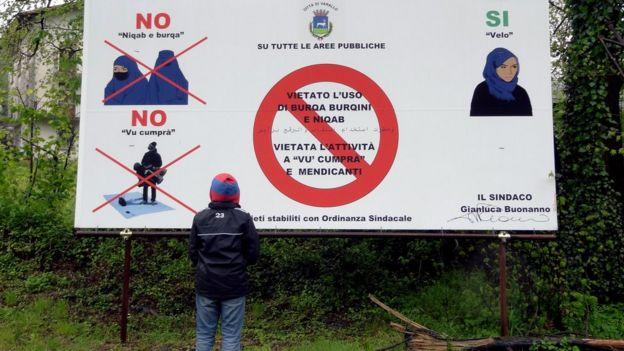 Letrero anunciando la prohibición de burkinis y burkas en Varallo.