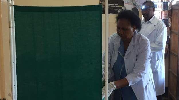 Des médecins tanzaniens utiliser l'application Servical pour dépister le cancer du col de l'utérus