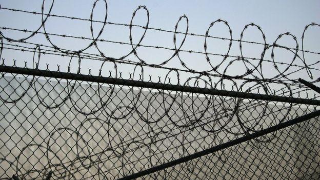 Grade e arame farpado na Penitenciária de Santa Barbara, Califórnia