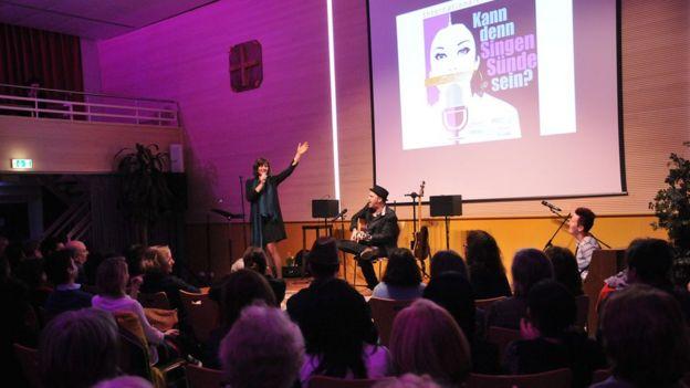 آواز خواندن گناه بزرگ زنان؟