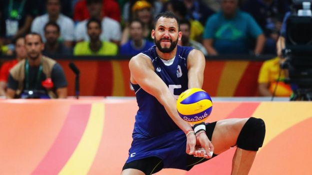 Osmany Juantorena, cubano integrante del equipo de voleibol masculino de Italia, celebra una medalla de plata.