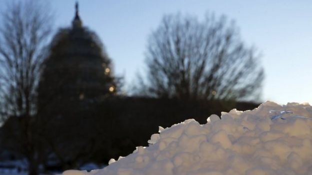 Snow covers a wall near the US Capitol in Washington (24 January 2016)