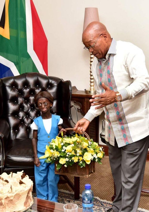 Le président Zacob Zuma a présenté un bouquet de fleurs en guise de cadeau d'anniversaire à Ontlametse Phalatse