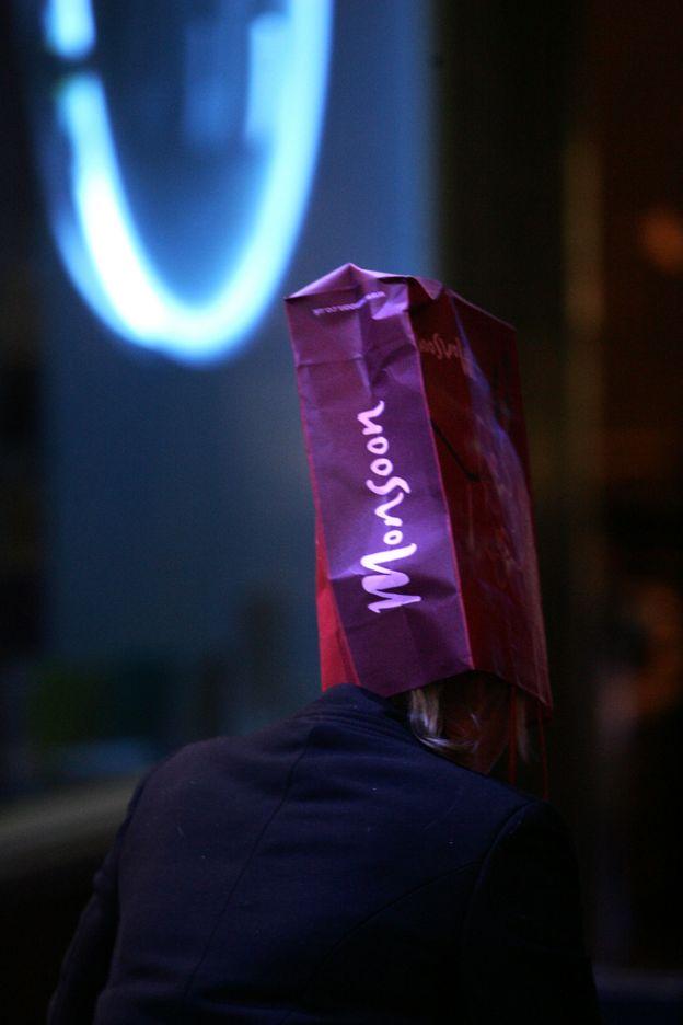 дівчина з пакетом на голові