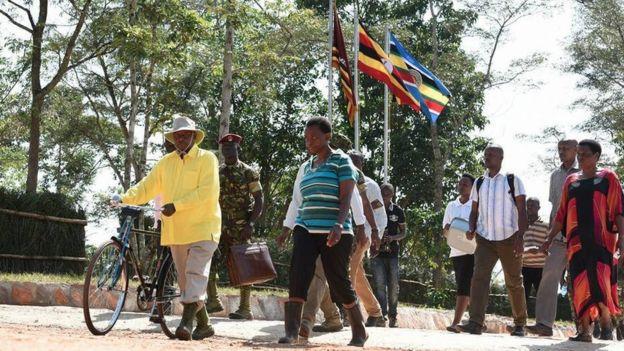 Rais wa Uganda na msafara wake akielekea shambani