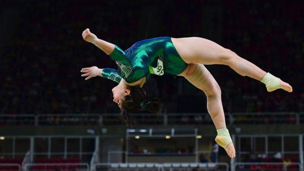 Alexa Moreno en la barra de equilibrio
