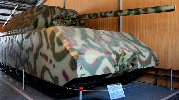 Сверхтяжелый немецкий танк Маус увяз в грунте на полевых испытаниях