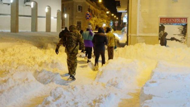 La gente camina en la nieve en Santeramo, en la región de Puglia, Italia, el siete de enero.