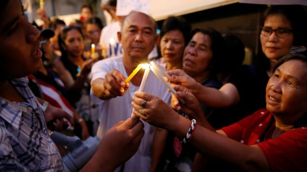 A group of people hold candles, protesting for the release of Patnaree Chankij in Bangkok on 7 May 2016