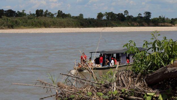 Um barco chega à costa colombiana