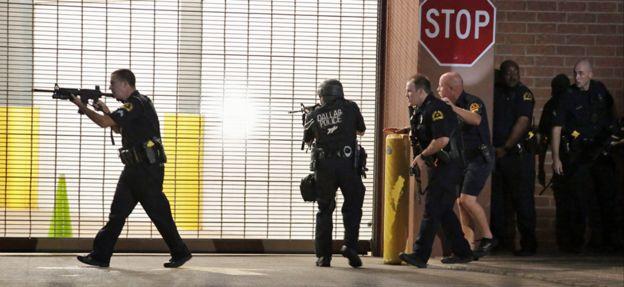 Atirador matou cinco policiais e feriu outros sete durante protesto contra morte de homens negros pela polícia