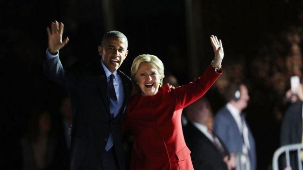 Barack Obama e Hillary Clinton acenam para eleitores