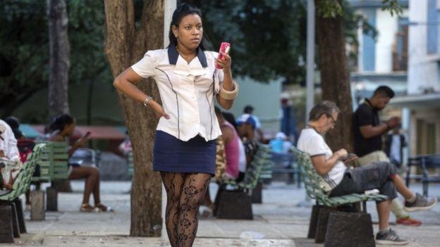 Los cubanos usan los accesos públicos de internet.