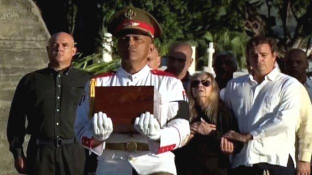 Familia de Fidel Castro durante el entierro. Imágenes de la TV cubana.