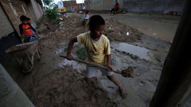 Niños reconstruyen después de las inundaciones en Perú