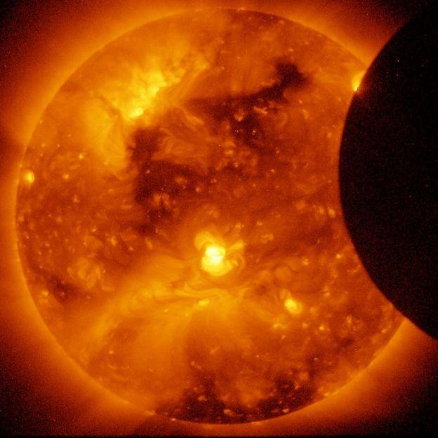 Inicio de eclipse anular de 2011 captado por Hinode, una misión de la JAXA en colaboración con Reino Unido y Estados Unidos, el 6 de enero de ese año.