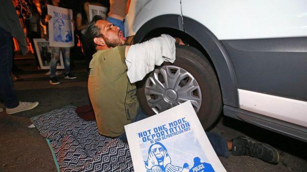 Un hombre intentó impedir que se lleven a Guadalupe García.
