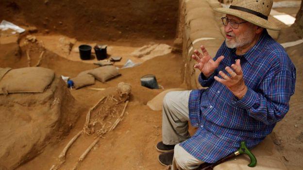 Profesor Lawrence E. Stager, profesor de investigación Dorot de Arqueología de Israel, frente a la excavación en el parque nacional Ashkelon, en el sur de Israel, el 28 de junio de 2016.