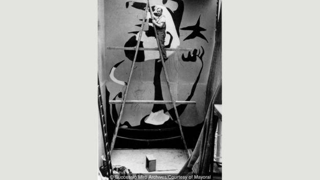 Joan Miró 'Orakçı' adlı eseri üzerinde çalışırken