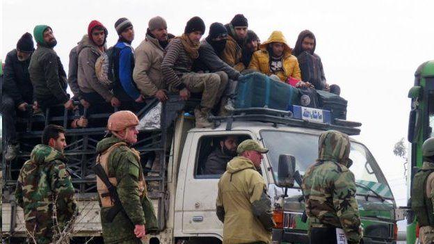 سربازان روسیه بر روند تخلیه نظارت می کنند