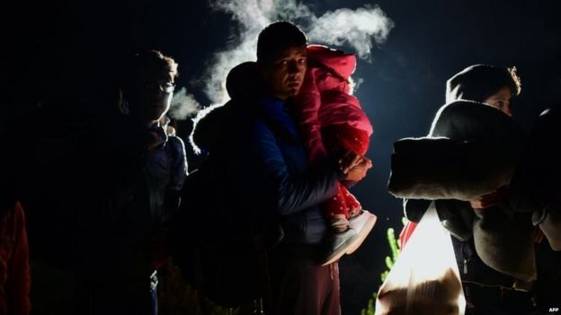 Migrants cross the border before midnight on Friday 16/10/2015