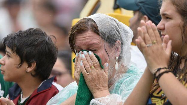 Mujeres lloran por la tragedia de Medellín