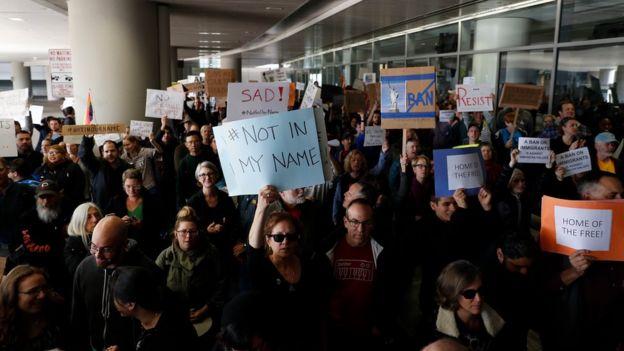 Manifestantes en el aeropuerto internacional de San Francisco.