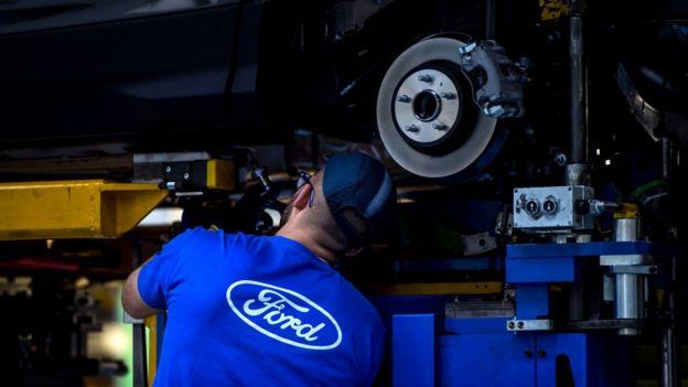 Trabajador de Ford en una fábrica de EE.UU.