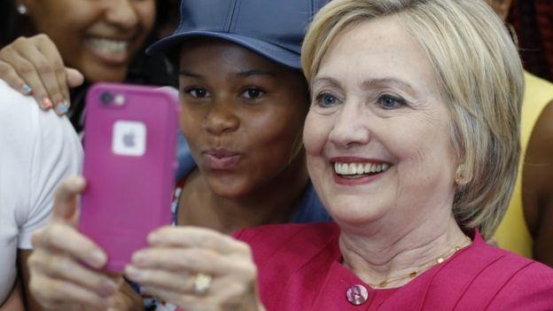 La candidata demócrata a la presidencia de EE.UU., Hillary Clinton, tomándose un selfie.