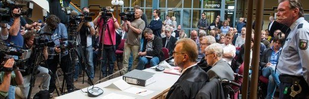 Former SS officer Reinhold Hanning (2nd C) sits next to his lawyers at a court in Detmold 17/06/2016
