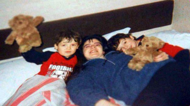Denise, con sus hijos.
