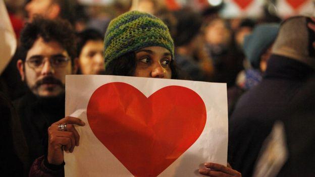 Una contraprotesta de izquierda, cerca del lugar del atentado, el 21 de diciembre