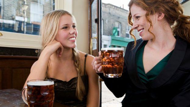 Пиво сближает людей, даже если они - коллеги