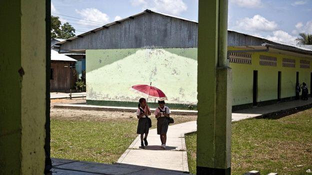 Niñas yendo al colegio en la selva de Perú.