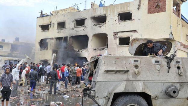 Les séquelles de l'explosion d'une voiture devant un poste de police dans la ville d'El-Arish dans le nord du Sinaï.