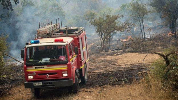 Bomberos en incendio en Chile