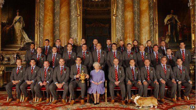 Queen Elizabeth II poses with the Rugby World cup winning England team in 2003