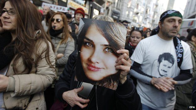 Protestors holding a photo of Ozgecan Aslan