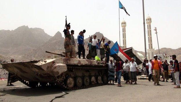 Yemeni militiamen loyal to President Abdrabbuh Mansour Hadi stand on an armoured vehicle in Aden (8 April 2015)