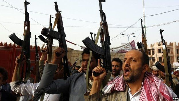 Armed supporters of the Houthi rebel movement at a rally in Sanaa (5 April 2015)