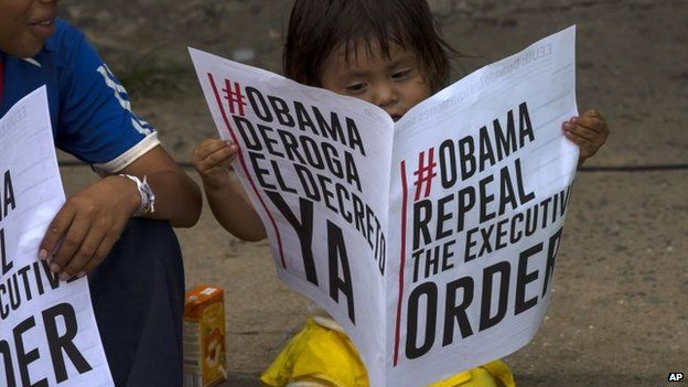 A child reads a sign in favour of the US repealing sanctions against Venezuela in Panama City on 10 April 2015.