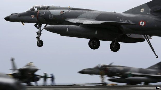 A French warplane lands on the flight deck of the aircraft carrier Charles de Gaulle in the Gulf (17 March 2015)
