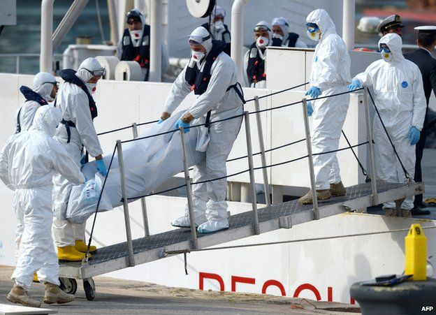 Italian rescuers remove body from migrant group, 20 Apr 15