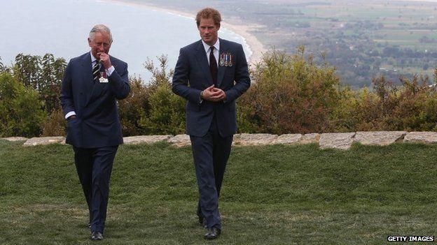 Il principe Harry parla con il principe Carlo