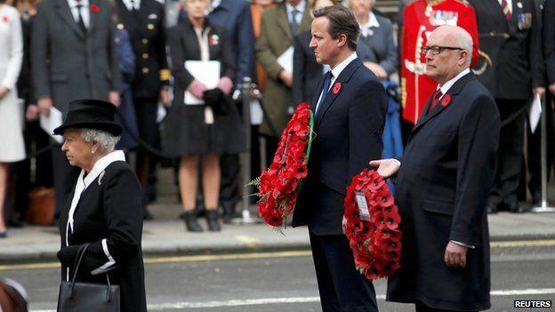 David Cameron e australiano procuratore generale George Brandis dietro la Regina al Cenotafio